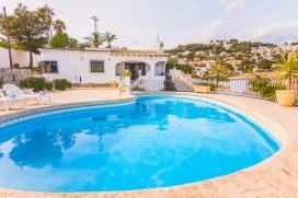 Villa acogedora con piscina privada en Moraira para 4 personas, para pasar las vacaciones del verano en la Costa Blanca entre familia o amigos y también con sus mascotas. La villa está situada en una zona playera y residencial con colin, Moraira