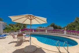 Villa en Moraira, en la Costa Blanca, España con piscina privada para 2 personas. La villa está situada en una zona forestal y residencial. El alojamiento ofrece privacidad y un jardín con gravilla y árboles. La cercan&iac, Moraira