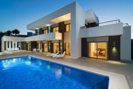 Villa de alquiler, de construcción nueva en alquiler en Moraira, en la Costa Blanca, España con piscina privada para 6 personas. Su estilo moderno y su decoración la hace particularmente acogedora y practica por sus amplios salones y c, Moraira