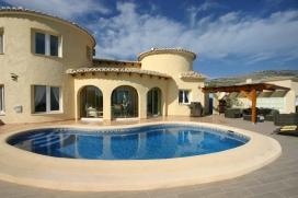 Villa preciosa y acogedora en Moraira, en la Costa Blanca, España con piscina privada para 8 personas. La villa está situada en una zona residencial, cerca de restaurantes y bares, tiendas y supermercados y a 1 km de la playa de Cala Mo, Moraira
