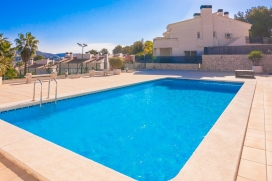 Casa de vacaciones moderna y confortable con piscina comunitaria en Moraira para 6 personas, para pasar unas vacaciones agradables en la Costa Blanca entre familia o amigos y también con sus mascotas. La casa está situada en una zona pl, Teulada