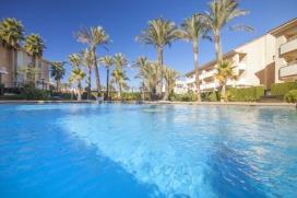 Luxueux et moderne appartement de vacances sur 2 étages pouvant accueillir jusqu'à 6 personnes à Javea, Alicante, à quelques minutes de la plage de sable.Cet appartement confortable et décoré avec goût bénéficie d'une superbe terrasse couverte meublée idéale pour manger à 6. De plus, vous pourrez profiter de bains de soleil en intimité grâce à ses 2 terrasses sur le toit à l'étage supérieur.L'appartement dispose de 3 chambres. Situé au 2ème et 3ème étage d'un complexe tranquille, l'étage principal présente une superbe et lumineuse pièce à vivre (avec ventilateur) donnant sur une belle terrasse couverte, une chambre à lits jumeaux (avec ventilateur), une salle de bain, une cuisine entièrement équipée et une buanderie. Les 2 chambres à l'étage bénéficient de climatisation et donnent sur une terrasse privée sur le toit, accès à une autre petite terrasse par le couloir. 2 salles de bains à l'étage, dont une attenante.Situé au coeur du quartier de l'Arenal, sa plage de sable fin, ses boutiques, restaurants et cafés, la résidence Golden Beach est parfaite pour ceux qui souhaitent se déplacer à pied durant les vacances. Il y a aussi un très bon supermarché juste à côté., Javea