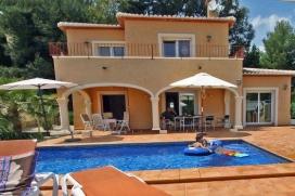 Villa moderne et confortable à Moraira, sur la Costa Blanca, Espagne avec piscine privée pour 4 personnes. La villa est située dans une région résidentielle, près d'un terrain de golf et à 2 km de la plage de baladr, Moraira