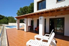Villa moderne et confortable à Moraira, sur la Costa Blanca, Espagne avec piscine privée pour 4 personnes. La villa est située dans une région boisée et résidentielle et à 500 m de la plage de AMPOLLA. La villa a 2 , Moraira