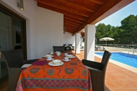 Villa moderne et confortable à Moraira, sur la Costa Blanca, Espagne  avec piscine privée pour 4 personnes.  La villa est située  dans une  région boisée et résidentielle et  à 500 m de la plage de Ampolla.  La vill, Moraira