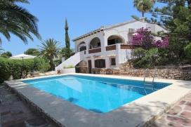 Belle villa classique à Moraira, sur la Costa Blanca, Espagne avec piscine privée pour 8 personnes. La villa est située dans une région résidentielle, près de restaurants et bars, de magasins, de supermarchés et d'u, Moraira
