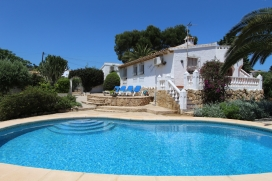 Villa merveilleuse et confortable avec piscine privée à Moraira, sur la Costa Blanca, Espagne pour 6 personnes. La maison de vacances est située dans une région résidentielle, près de restaurants et bars, de magasins et , Moraira