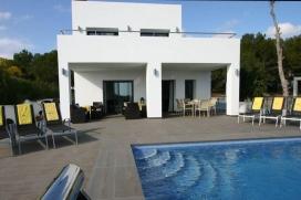 Nouvelle Villa - moderne et confortable - à Moraira, Costa Blanca, Espagne avec piscine privée pour 8 personnes.La villa a une surface habitable de 240m2, terrasses 90m2, 800m2 parcelle totalement clôturée, son style moderne &#224, Moraira