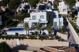 Villa moderne et de luxe à Moraira, sur la Costa Blanca, Espagne  avec piscine privée pour 8 personnes.  La villa est située  dans une  région résidentielle, près de restaurants et bars et d'un court de tennis,  à 3, Moraira
