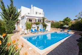 Villa comfortable  Albufeira, Algarve, Portugal avec piscine prive, pour un maximum de 6 personnes.Cette villa est situe dans une rgion balnaire, prs de restaurants et bars et  500 m de la plage de Praia da Coelha. Le logement offre de l'intimit et un jardin avec pelouse et darbres.Le comfort et le voisinage de la plage, d'endroits pour faire du shopping et d'endroits pour sortir rendent cette villa un logement convenable pour passer vos vacances avec votre famille ou vos amis.Intrieur, Albufeira