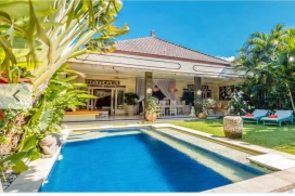 On a close distance from restaurants and shops, but with the privacy afforded by the secluded location at the end of a 200-meters semi-private alleyway, this cozy three bedroom holiday villa is located in fashionable Seminyak/Kerobokan. T, Seminyak