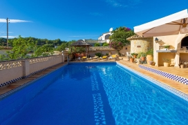 Romantic house with private pool in Benissa, Spain for 2 persons and with pets admission, for your summer holidays on the Costa Blanca. The holiday home is situated in a hilly, wooded and residential area. The accommodation offers privacy, a garden w, Benissa