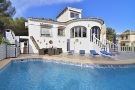 Villa with private pool in Benissa, on the Costa Blanca, Spain for 2 persons. The villa is situated in a hilly and residential area and at 2 km from Playa de la Fustera beach. Its comfort and the vicinity of the beach and places to go out make this a, Benissa