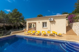 Beautiful villa with private pool in Benissa for 4 persons, for a nice holiday on the Costa Blanca with family, friends and also your pets. The villa is situated in a hilly and residential area and at 4 km from Moraira beach. The villa has 2 bedrooms, Benissa