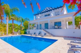 Large and luxury villa with private pool in Benissa for 10 persons, to spend some wonderful holidays in Spain with family or friends. The villa is situated in a residential beach area, at 1 km from Cala Fustera beach and at 4 km from Calpe. The villa, Benissa
