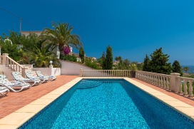 Wonderful and cheerful villa with private pool in Benissa for 6 persons, for a nice holiday on the Costa Blanca with family or friends. The villa is situated in a coastal and hilly area, close to a tennis court, at 1 km from Cala Baladrar beach and a, Benissa