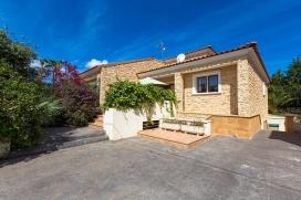Casa de vacaciones en Calpe, Alicante para 6 personas. La casa está situada en una zona residencial con colinas y a 1 km de la playa de Playa de levante. La casa tiene 3 dormitorios y 1 cuarto de baño, distribuidos en 2 plantas. La cerc, Calpe