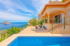 Lovely and cheerful villa with private pool in Calpe, on the Costa Blanca, Spain for 10 persons. The villa is situated in a coastal and urban area and at 2 km from Cala Les Urques beach. The villa has 5 bedrooms and 3 bathrooms, spread over 2 levels., Calpe