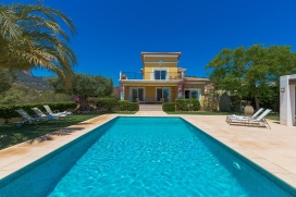 Beautiful and well furnished villa for rent    in Calpe, Costa Blanca, Spain with private pool, for a maximum of 10 persons.This villa is situated  in a  residential area. The accommodation has a lot of privacy, a lawned garden with gravel and trees , Calpe