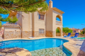 Comfortable villa with private pool in Calpe, Spain for 6 persons, for some pleasant holidays on the Costa Blanca with family or friends. The villa is situated in a coastal and urban area and at 2 km from Playa del Arenal beach. The villa has 3 bedro, Calpe