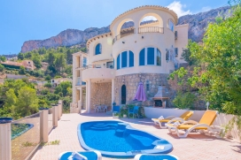 Beautiful and classic villa in Calpe, on the Costa Blanca, Spain with private pool for 6 persons. The villa is situated in a coastal and residential area, close to restaurants and bars and at 1 km from Playa del Puerto Blanco beach. The villa has 3 b, Calpe