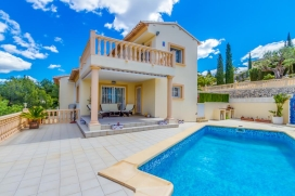 Beautiful villa with private pool in Calpe, for 5 people. The villa is located in a residential area with hills and 3 km away from La Fossa beach, being ideal for people looking for relaxation and tranquility, but close to town and its services and activities., Calpe