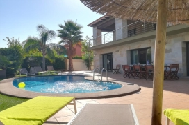 "Rental villa in Denia. A modern villa just footsteps from the Beach, this place offers that extra bit of comfort.Just <metricconverter w:st=""on"" ProductID=""100 m"">100 m</metricconverter>. from a wide stretch of sand, this villa is ideal if you´r, Denia"