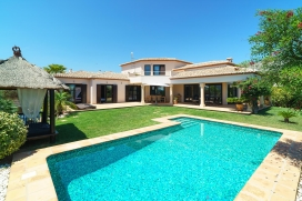 Large and romantic villa with private pool in Denia (Beniarbeig), on the Costa Blanca, Spain for 8 persons. The villa is situated in a hilly and residential area and close to restaurants and bars. The villa has 4 bedrooms, 3 bathrooms and 1 guest toi, Denia