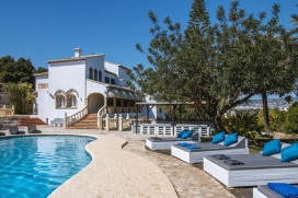 Villa with private pool on the Costa Blanca in Javea, Spain, for a maximum of 16 people.Nice, rustic holiday villa in Javea, recently reformed and at only 8 minutes walk from the sandy beach 'El Arenal'. The house is situated on a large plot which co, Javea