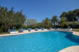 Villa with private pool on the Costa Blanca in Javea, Spain, for a maximum of 18 to 20 people.Nice, rustic holiday villa in Javea, recently reformed and at only 8 minutes walk from the sandy beach 'El Arenal'. The house is situated on a large plot wh, Javea
