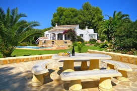 Holiday home in Javea, Costa Blanca, Spain for a maximum of 6 persons with private pool.This holiday home is situated in a woody and urban area and close to restaurants and bars and offers privacy and a lawned garden.Its tranquility and the vicinity of places to go out make this a fine holiday home to celebrate your holidays with family or friends.Interior, Javea