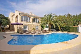 Holiday rental villa with private pool on the Costa Blanca in Spain, for up to 12 people .Villa, on 2 levels connected by internal stairs, situated in a wooded residential area with partial view of the sea. The house offers two complete living areas with fully equipped kitchens so would be ideal for two family occupation. It is situated at only a few minutes' drive from the beach area 'El Arenal' of Javea with it's boulevard with many restaurants, bars and shops. This accommodation is let to one family at a time only, but the rental amount depends on the number of occupants and therefore the accommodation is advertised several times with a different number of people and prices. Upper floor, Javea