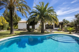Beautiful and luxury villa in Javea, Costa Blanca, Spain with private pool, for a maximum of 8 persons.This villa is situated in a residential area and close to restaurants and bars, supermarkets and a tennis court. The accommodation has a lot of pri, Javea