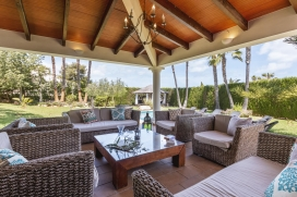 Holiday rental villa with private pool for 8 people. This charming and tastefully decorated villa is situated in a wooded residential area, near the beach, the boulevard, shops and other facilities. This spacious luxury villa with all mod cons, offer, Javea