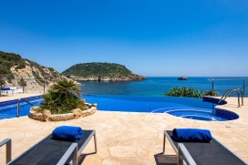 Villa in Javea, on the Costa Blanca, Spain with private pool for 6 persons. The villa is situated in a hilly, wooded and residential beach area and at 25 m from La Barraca beach. The villa has 3 bedrooms, 2 bathrooms and 1 guest toilet. The accommoda, Javea