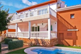 Large villa   in La Nucia, Costa Blanca, Spain  with private pool, for a maximum of 4 persons.This villa is situated  in a  residential area and close to restaurants and bars, shops, supermarkets and a tennis court. The accommodation has privacy, a l, La Nucia
