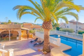 Beautiful villa with private pool in Moraira for 4 persons, for a nice holiday on the Costa Blanca with family or friends. The villa is situated in a coastal, hilly and residential area and at 3 km from Playa de L'Ampolla beach. The villa has 2 bedro, Moraira