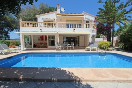 Villa with private pool in Moraira, on the Costa Blanca, Spain for 6 persons. The villa is situated in a residential area, close to restaurants and bars, shops and supermarkets and at 500 m from Playa Ampolla beach. The villa has 3 bedrooms, 2 bathro, Moraira