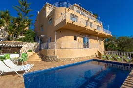Large and comfortable villa in Moraira, on the Costa Blanca, Spain with private pool for 8 persons. The villa is situated in a wooded and residential beach area, close to a golf course, restaurants and bars, shops and supermarkets, at 1 km from EL AN, Moraira