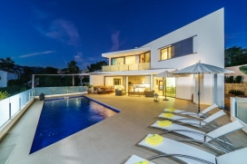 Lovely and comfortable villa in Moraira, on the Costa Blanca, Spain with private pool for 8 persons. The villa is situated at 3 km from Playa de Moraira beach and at 0,5 km from Cala Baladrar. The villa has 4 bedrooms and 2 bathrooms, spread over 2 l, Moraira