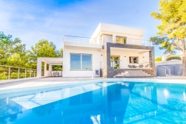 Recently built modern and luxury villa on the Costa Blanca ( Spain), located a few kilometres from the center of the charming town of Moraira, ready for a máximum occupancy of 8 people. The villa is situated in residential beach area, 1 km from Cala Baladrar beach and at 4 km from MORAIRA center.The villa is provided with a large and private swimming poolSandy beaches of La Ampolla and Plajetes of Moraira are not more than 3 km far away from the villa.The popular town of Calpe with its Sandy beaches are located approximatly 10 km far away from the villa.The villa has 4 bedrooms and 4 bathrooms, spread over 2 levels. The vicinity of the beach makes this a fine villa to celebrate your holidays with family or friends. Interior of the villa, Moraira