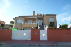 """Villa Majina is located in the lovely peaceful area of """"Parque de Recorral"""", Quesada and has fantastic panoramic views across the park and hills to the coast. The Villa can comfortably sleep 8, with 3 bedrooms 3 showerooms anda self contained en suite twin bedroom aparment., Quesada"""