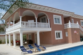 An incredibly spacious 5 bedroom villa with private pool in the heart of Ciudad Quesada. The property is equipped with air conditioning, satellite tv, WiFi, 2 reception rooms and 2 kitchen areas, easily catering for 2 families., Quesada