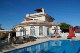 A beautiful detached villa with private pool, boasting 4 bedrooms and 3 bathrooms, fully air conditioned with TV services. The villa is on 2 levels, with 2 bedrooms and a shower room downstairs and 2 bedrooms and 2 bathrooms on the first floor., Quesada