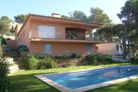 "House on holiday rental for a máximum of 8 people.house of 140 m2 situated in the urbanization ""Residencial Begur"" , Begur, Costa Brava. The house has 2 floors. 3 km far from the center of Begur, sunny and elevated position, 5 km from the b, Begur"