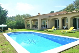 Rental holliday house for a maximum of  6 people.Nice villa located in Begur´s town-Costa Brava. Beautiful sea and mountains view. Private garden and pool (fenced). Distributed on one floor., Begur