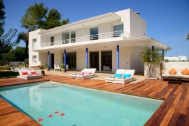 Spacious and luminous villa, very comfortable, situated in the bay of San Agustín, in a very quiet residential area. At only 5 minutes from the beaches of the bay, 10 minutes from Cala Bassa, 15 minutes from Cala Conta and 20 minutes from the re, San Agustín