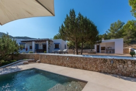 VILLA 309Cala TaridaTraditional country house, situated on a hill in the area of Cala Tarida, on a plot of land of 9.000 square meters, this bright villa offers 190 m² of space all in one floor., Cala Tarida