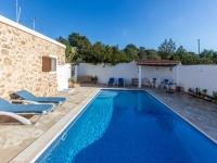 http://foto.i-rent.net/rental/spain/ibiza/islas-baleares/cala-tarida/villas/villa-672_42435/672_00.jpg