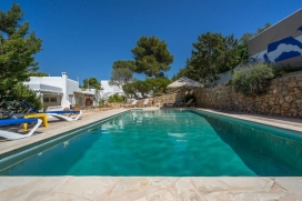 On a plot of 1500m ², totally fenced, this villa of approximately 250m ² without terraces, fully renovated, combines charm and comfort. Located on the heights of Cala Vadella, it enjoys complete tranquillity, total privacy and a sea view an, Cala Vadella